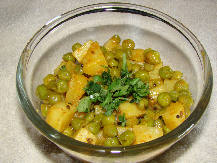 http://www.qassimy.com/up/users/qassimy/how_to_make_green_peas-potato-curry-Recipe.jpg