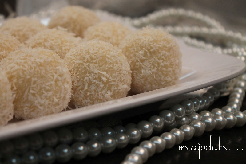 http://www.qassimy.com/up/users/qassimy/picture-of-how-to-make-halawiyat-coconut-semolina-sweet-balls-sweets-easy-arab-food-recipes.jpg