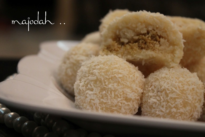 http://www.qassimy.com/up/users/qassimy/picture-of-how-to-make-halawiyat-coconut-semolina-sweet-balls-sweets-easy-arab-food-recipes2.jpg